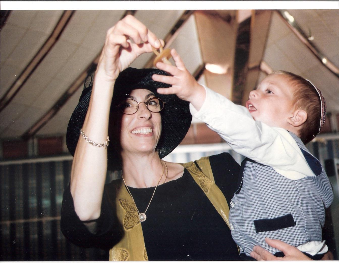 ישי עם אמא בחתונה של מיכל וחמי