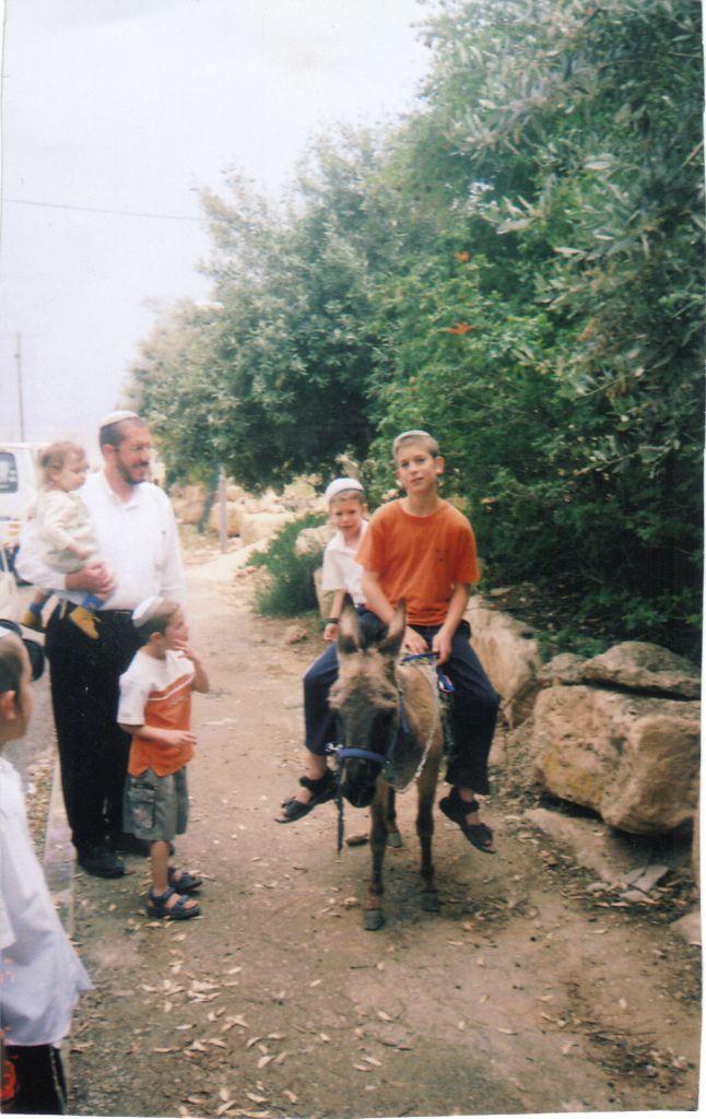 ישי אסי והילדים עם החמור של ישי