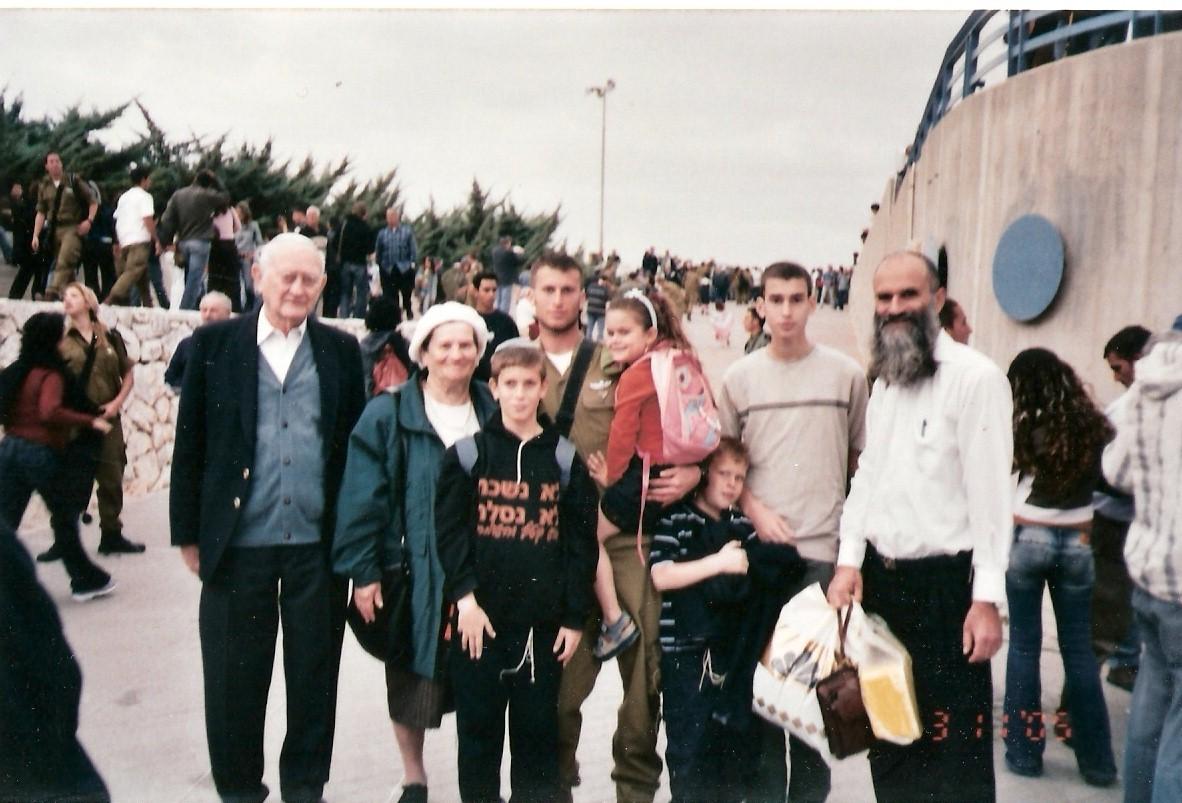 תשסה ישי בן 10 עם המשפחה בסיום קורס מכים של יצחק