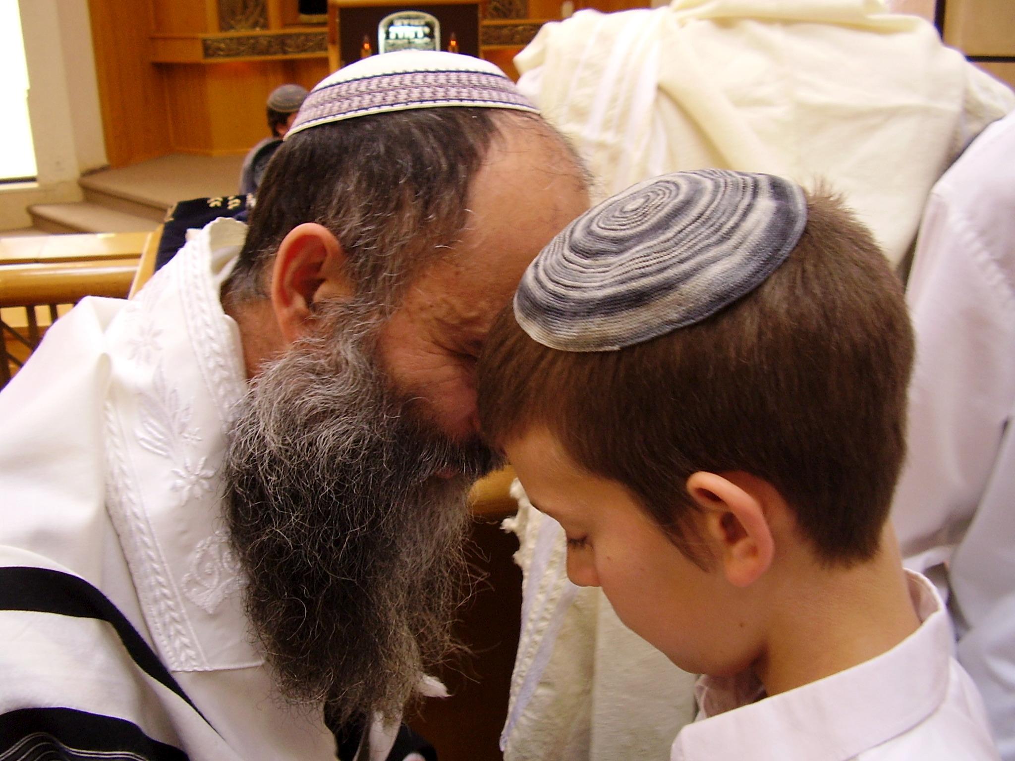ישי מקבל ברכה מאבא הסנדק בברית של האחיין נעם באבד