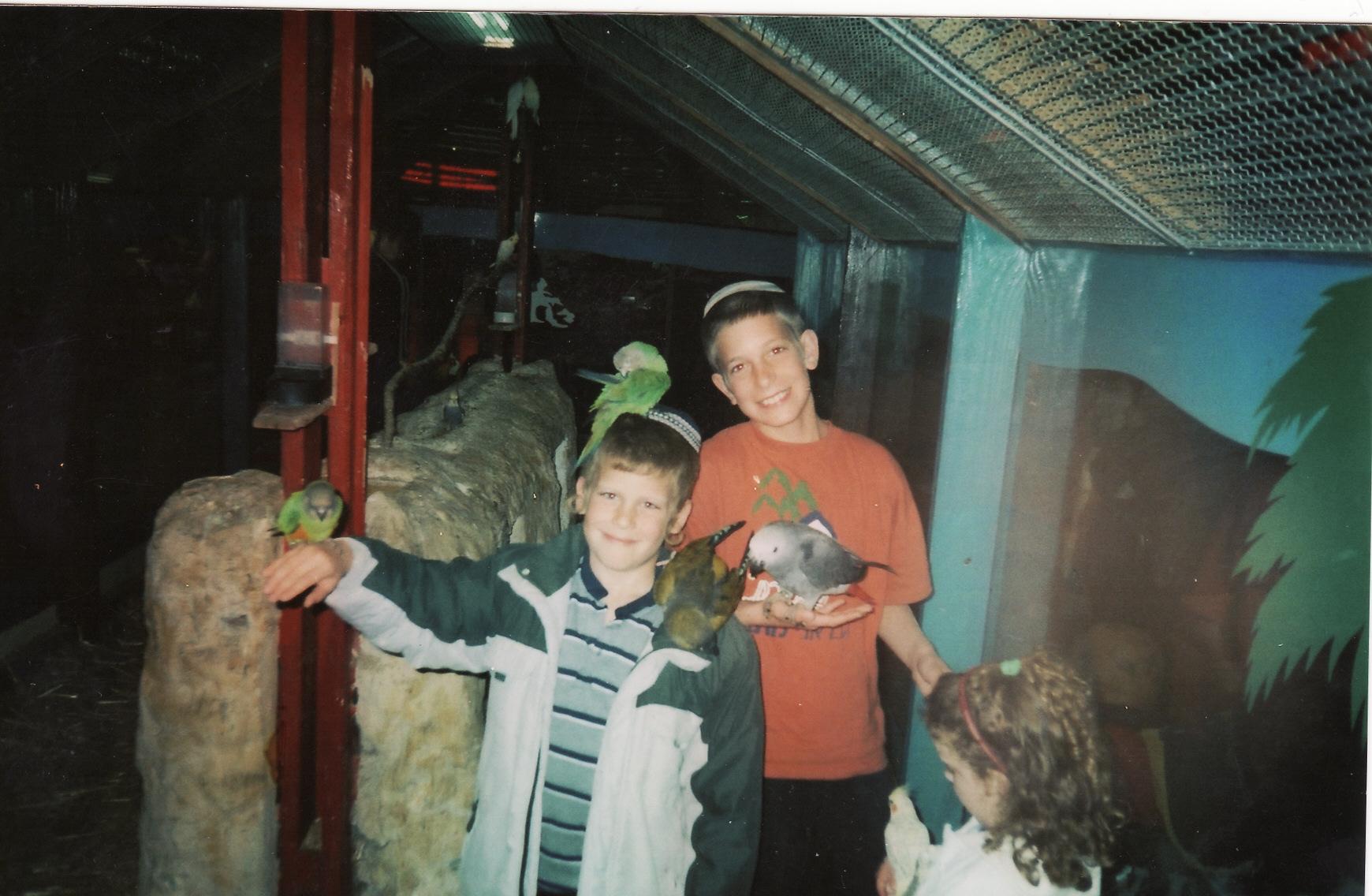 ישי והאחיין אליעד באבד בגן החיות