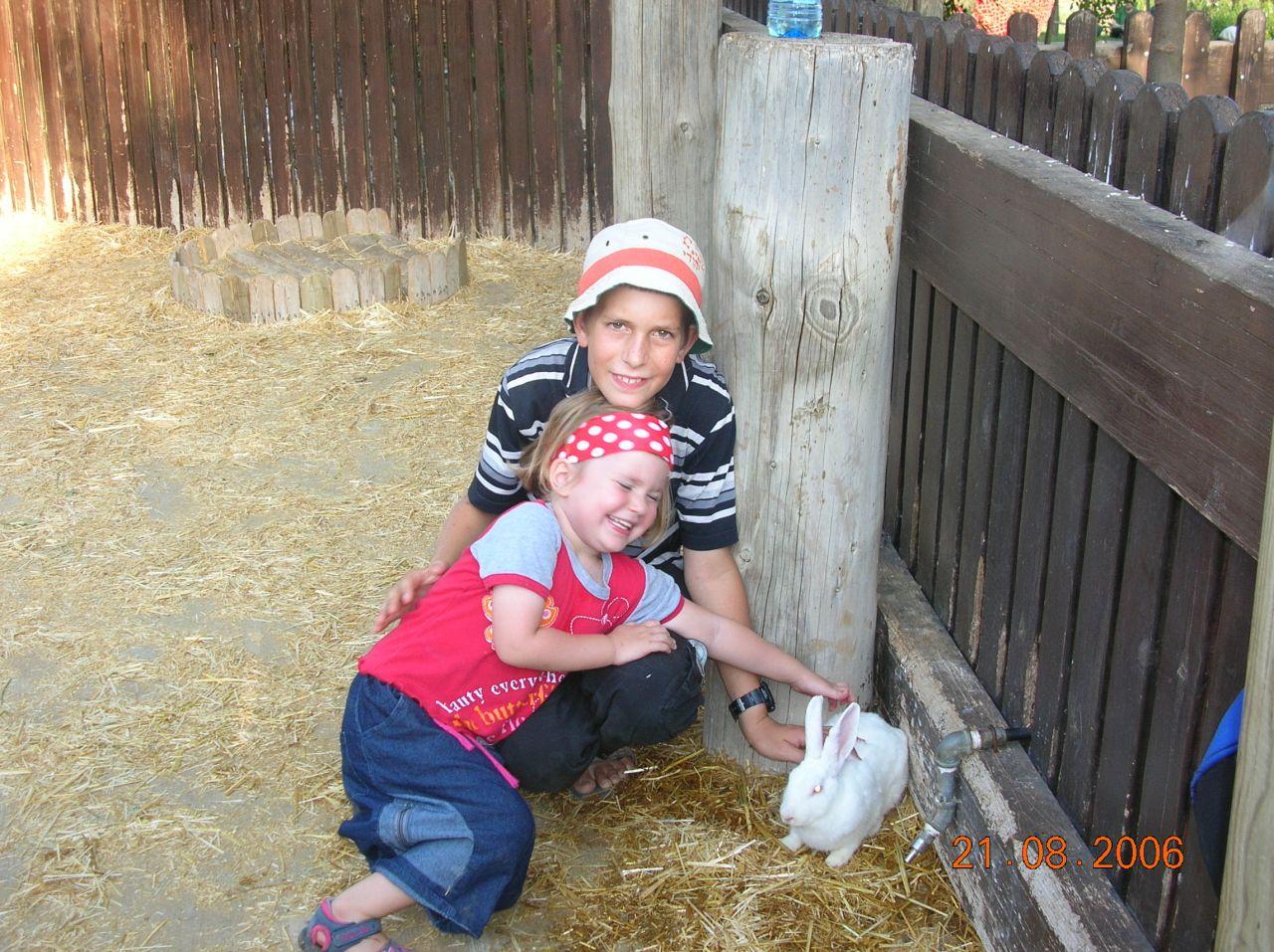 קיץ תשסו ישי בן 11 עם האחיינית אפרת גולדברג