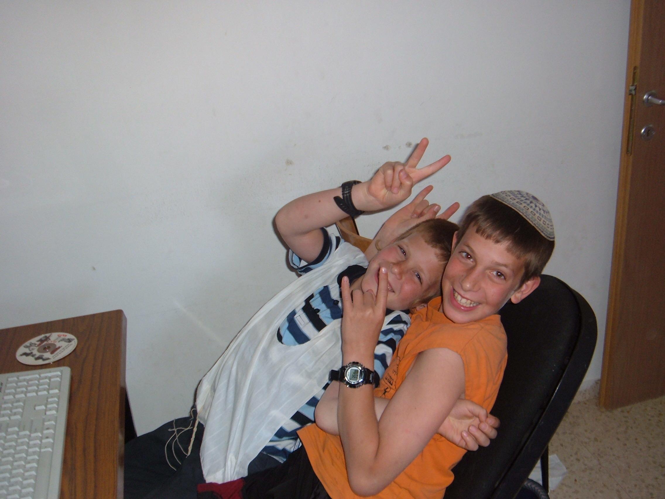 ערב פסח תשסז ישי כמעט בן 12 עם האחיין אליעד באבד