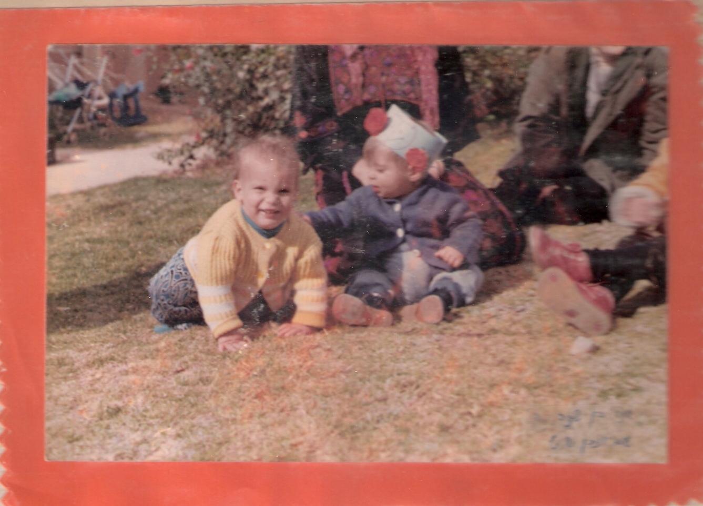 שלמה בן שנה בדשא של האשקוביות