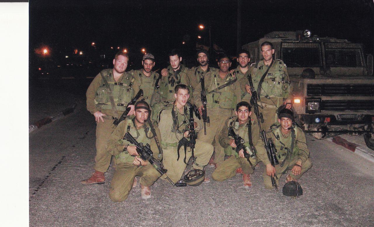 עם מחלקת הפלחוד לפני יציאה למעצר