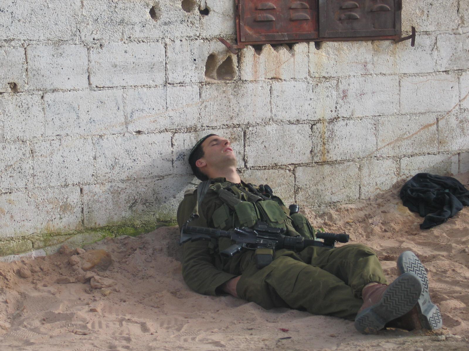 הקצין העייף לאחר פעילות מבצעית
