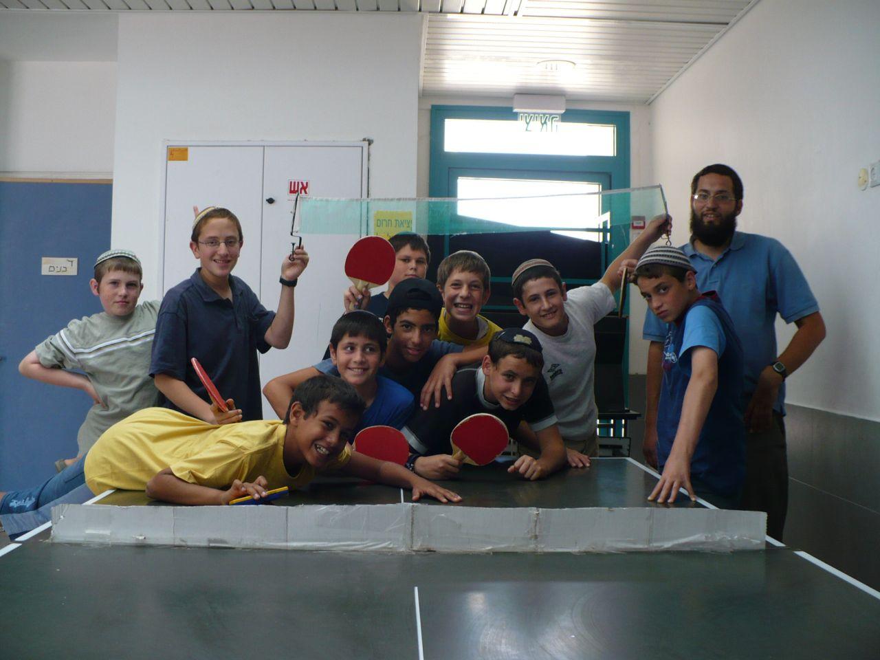 ישי בסוף כיתה ו עם החברים והמחנך הרב עמיאל