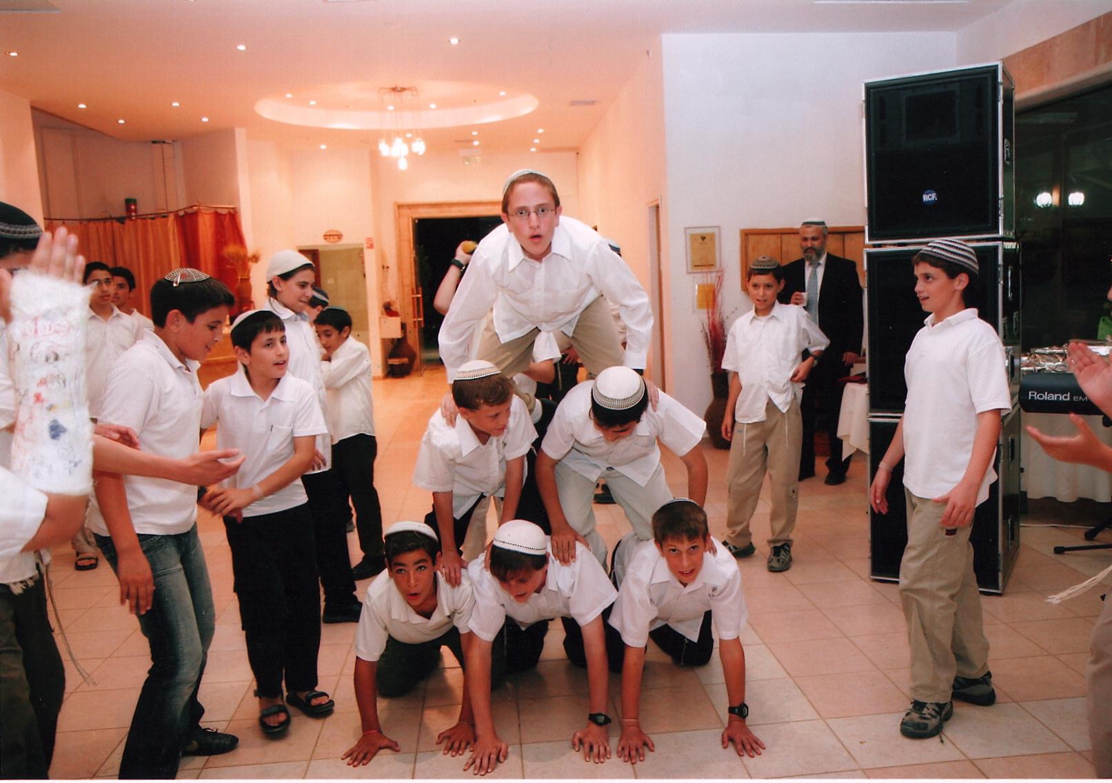 ישי והחברים לכיתה בבר מצווה של ראובן כהן