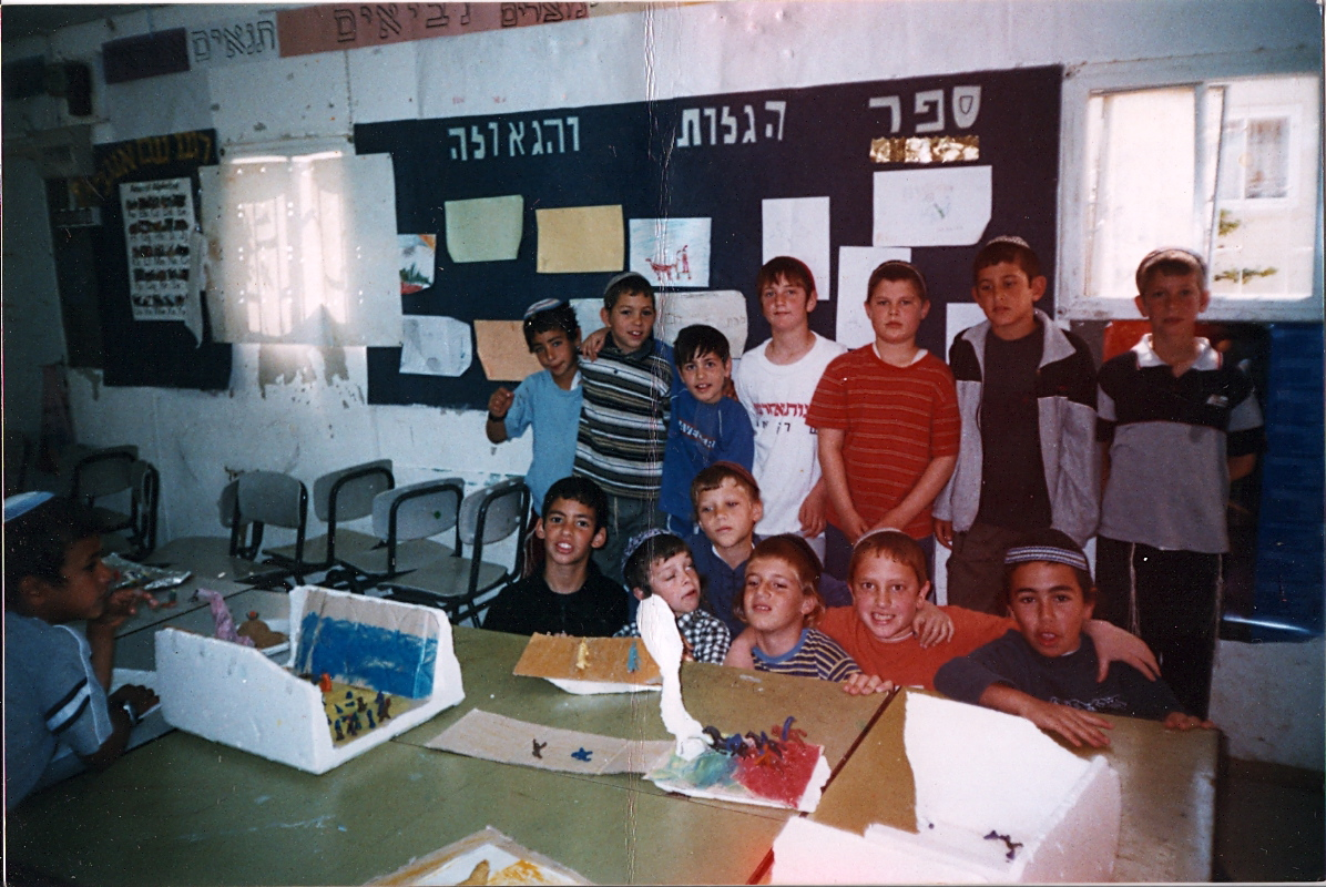 ישי איתן ואחיה בכיתה ג עם כל חברי הכיתה