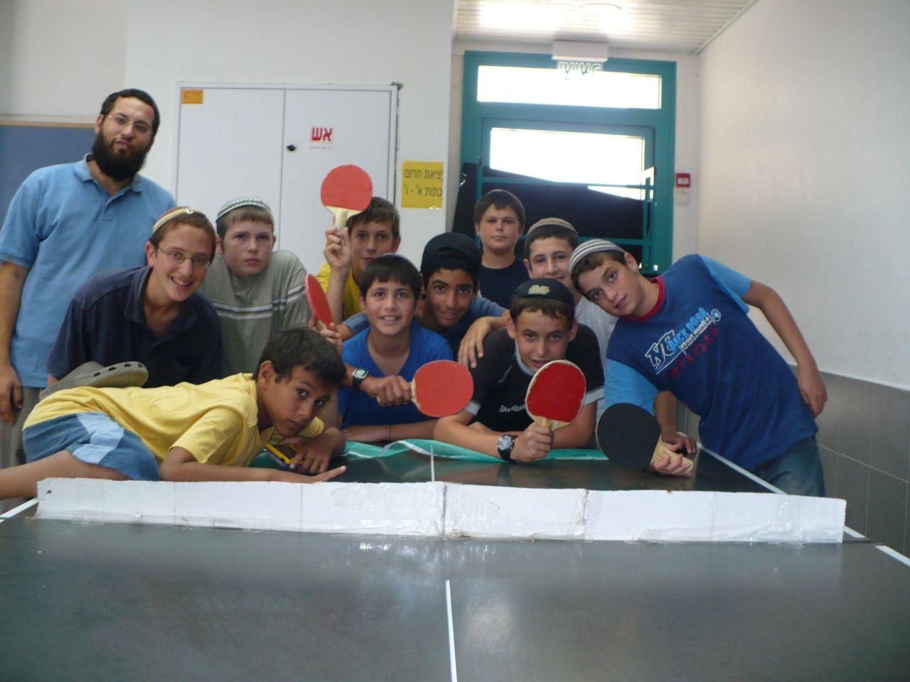 ישי וחבריו לכיתה עם המחנך בסוף כיתה ו