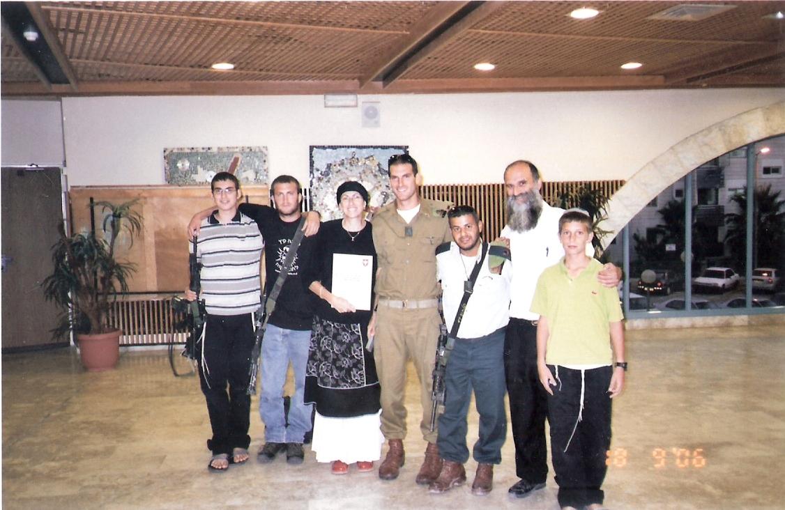שלמה עם ההורים יצחק אריאל ישי ושוקו בטקס קבלת קצין מצטיין