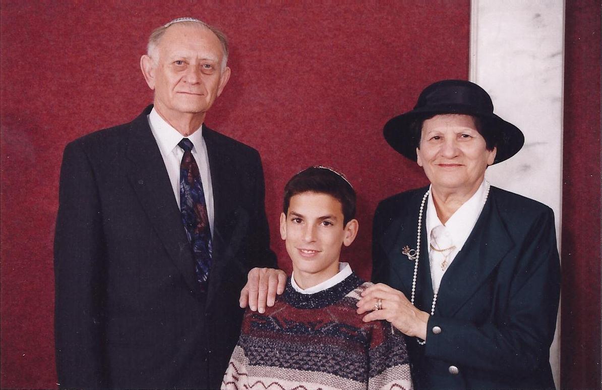 שבט תשנו שלמה בר מצווה עם סבא וסבתא קרויזר