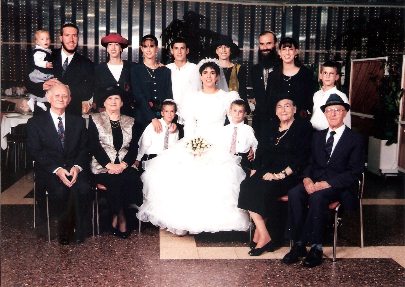 אלול תשנז עם הסבים והסבתות בחתונה של מיכל וחמי