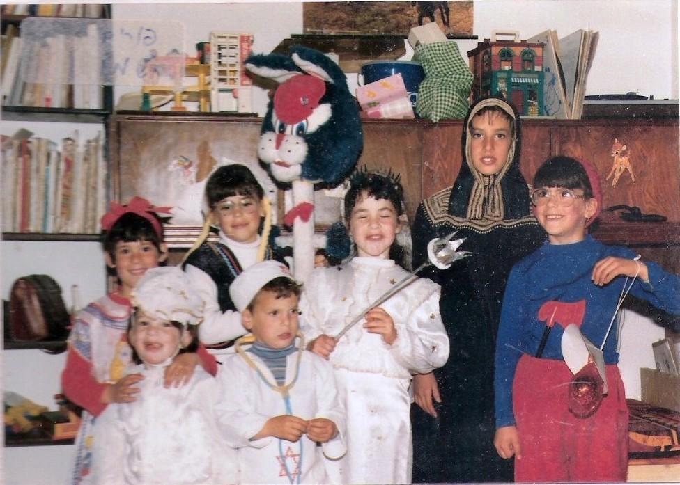 פורים תשמו עם האחיות ובנות הדודות