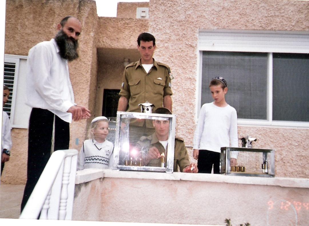 חנוכה תשסה שלמה ויצחק חיילים עם אבא אליסף וישי