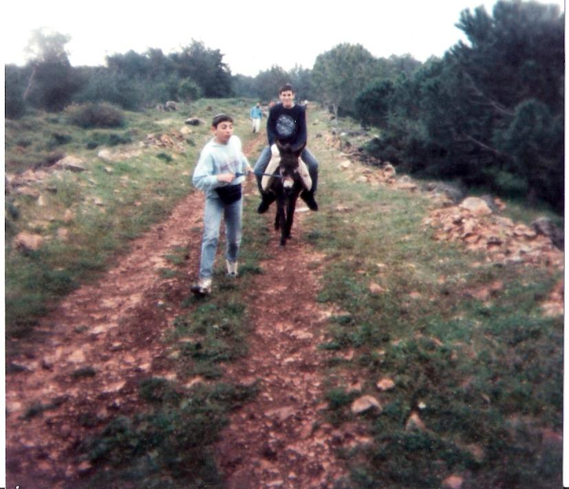שלמה רוכב על החמור עם מושיק זיסמן