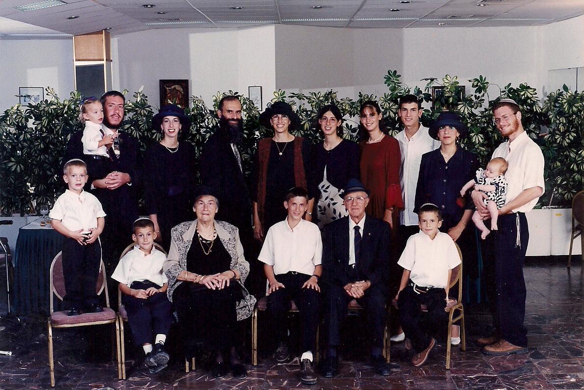 אלול תשנח תמונה משפחתית בבר מצווה של יצחק