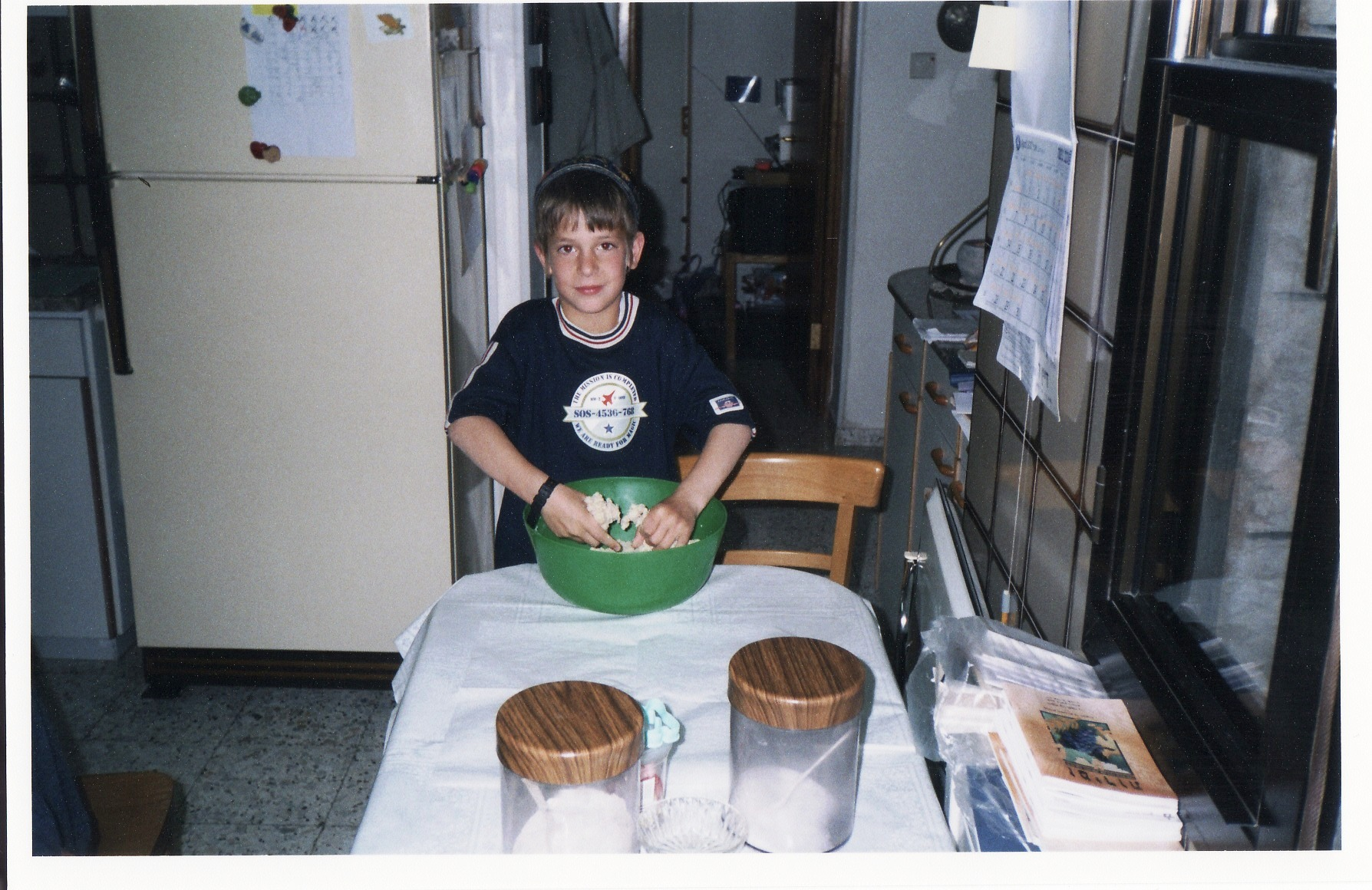 תשסב ישי בן 7 מכין עוגיות