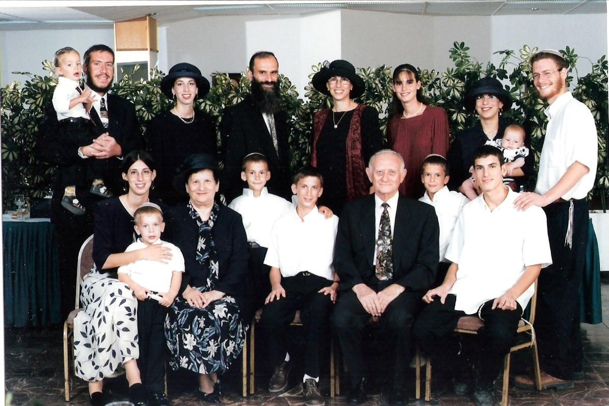 שלמה ישי וכל המשפחה עם סבא וסבתא קרויזר בבר מצווה של יצחק