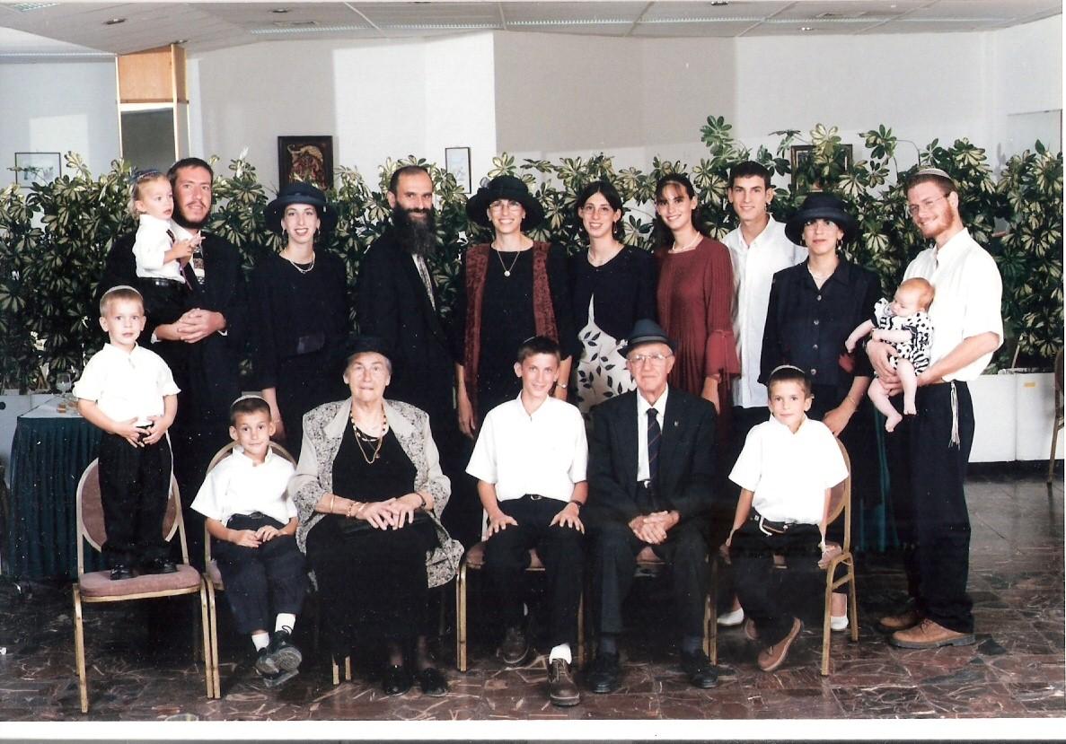 שלמה ישי וכל המשפחה עם סבא וסבתא כרמל בבר מצווה של יצחק