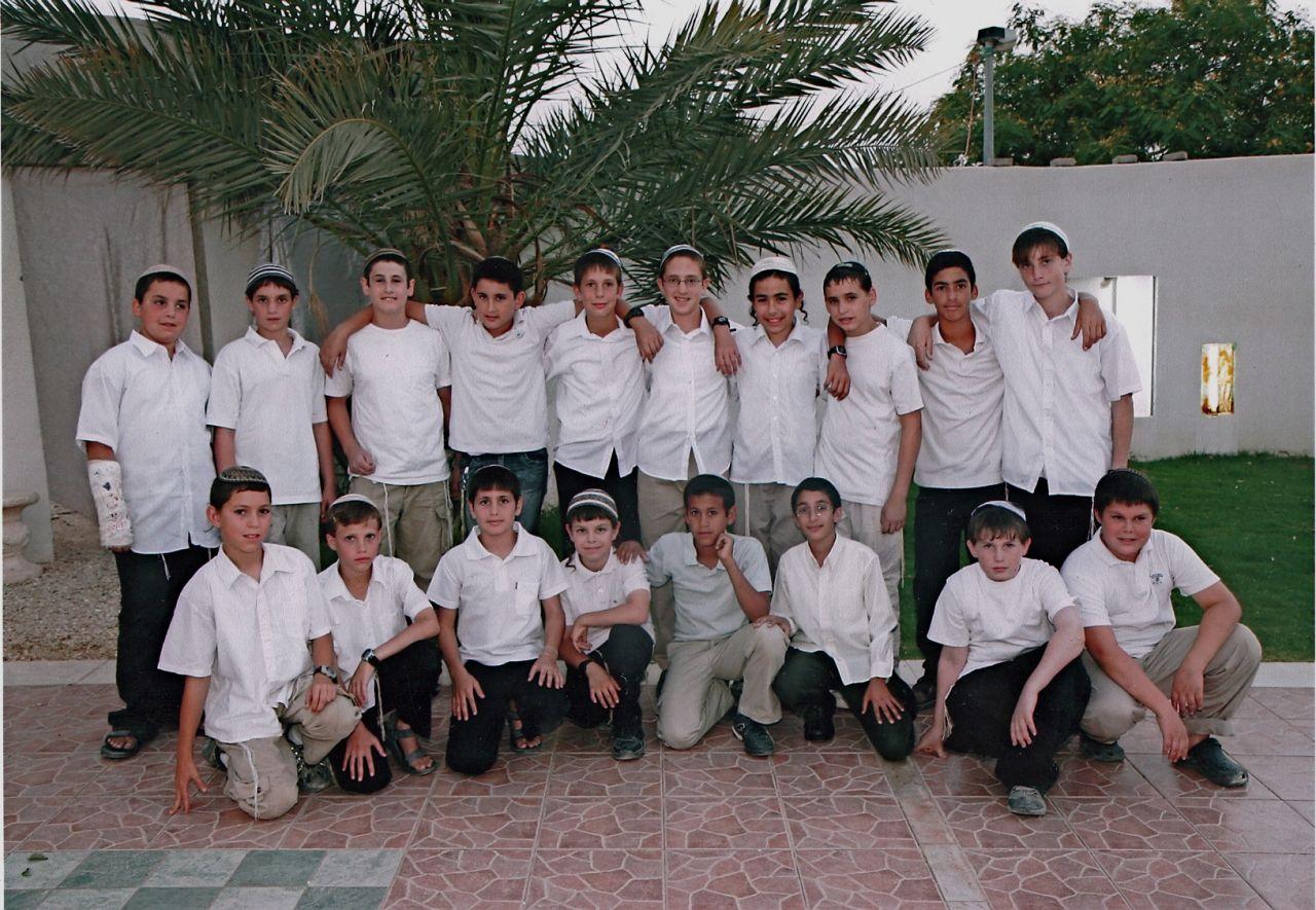 ישי והחברים במסיבת בר המצווה של ראובן כהן