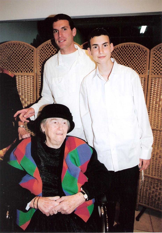ניסן תשסה שלמה ואריאל עם סבתא מלכה בבר מצווה של אריאל