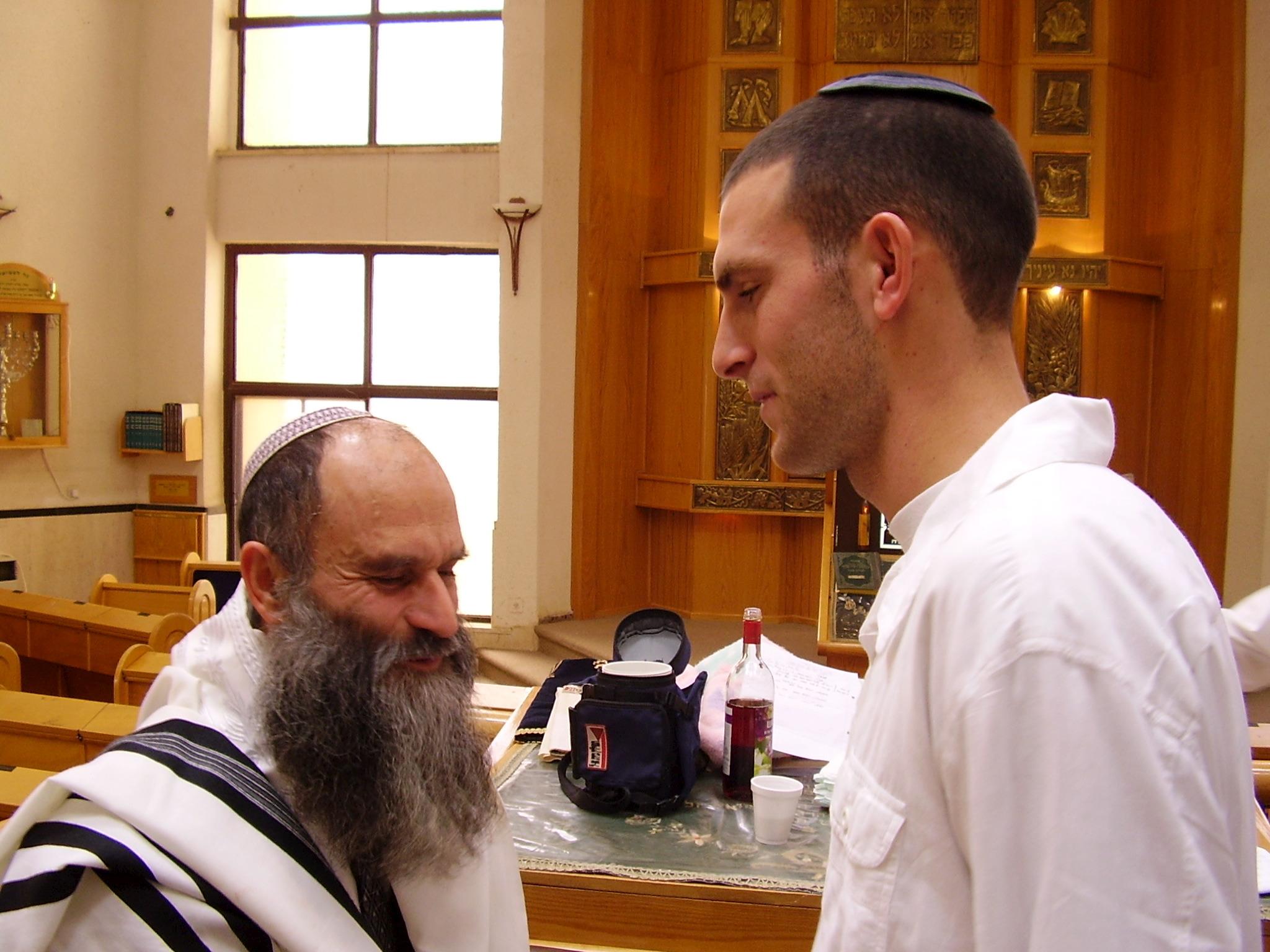 שלמה מקבל ברכה מאבא הסנדק בברית של נועם