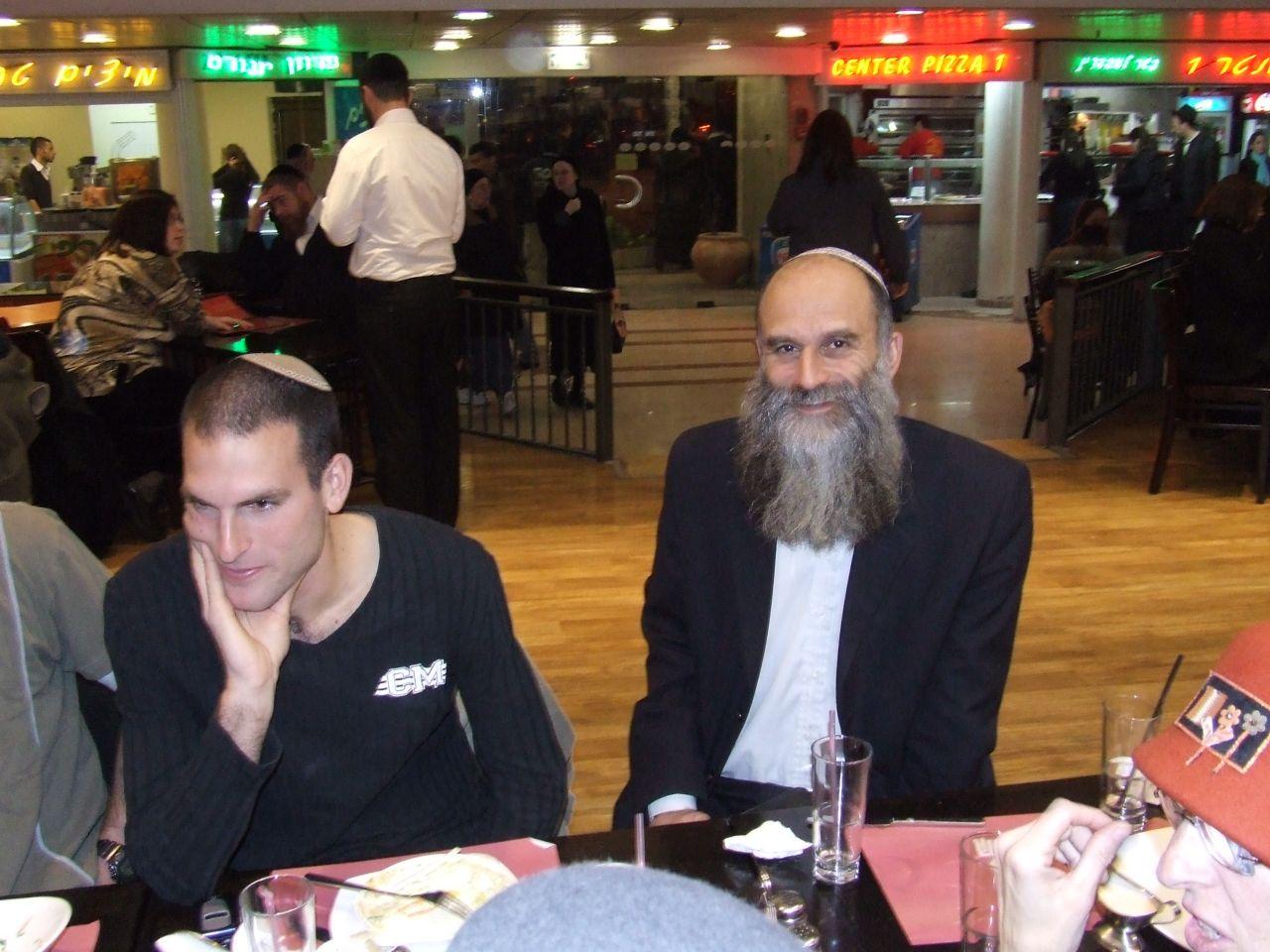 ערב פסח תשסז שלמה ואבא במסיבת השחרור של יצחק