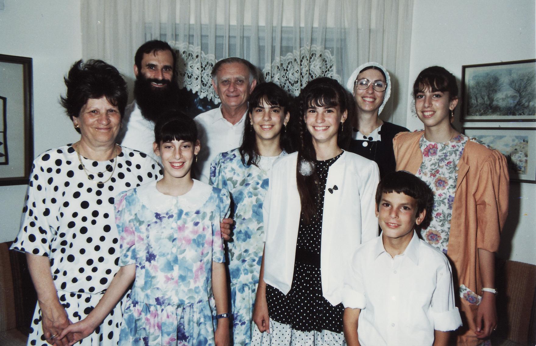 אב תשנא בבת מצווה של יעל עם סבא וסבתא קרויזר