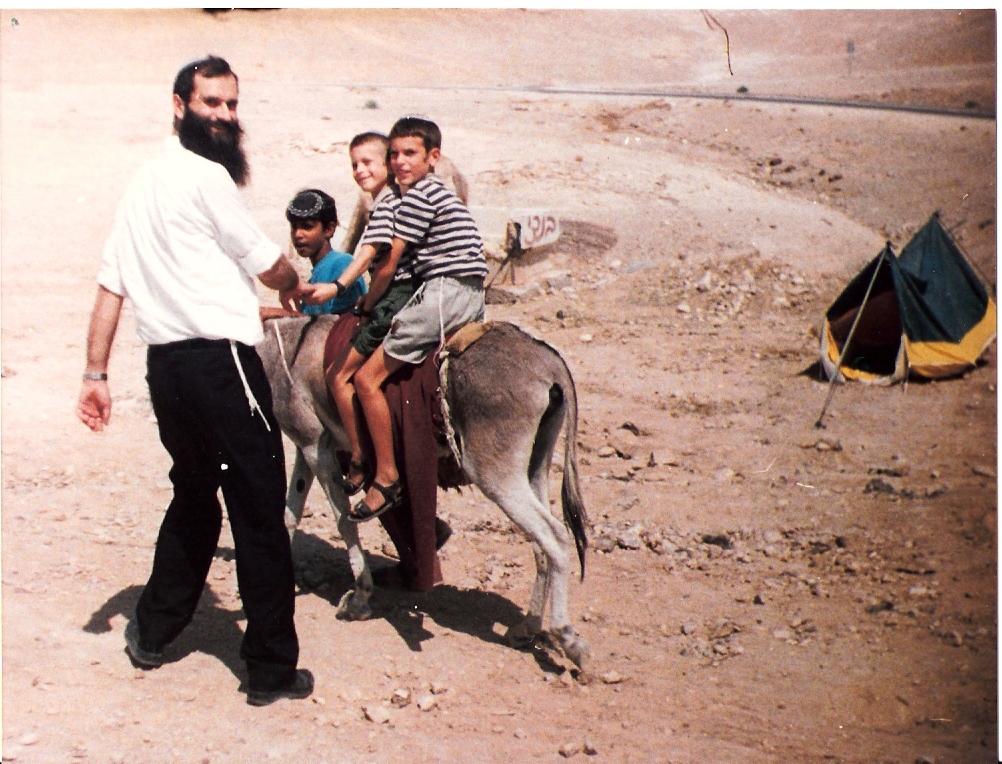 תשנב שלמה בן 9 רוכב על החמור עם יצחק