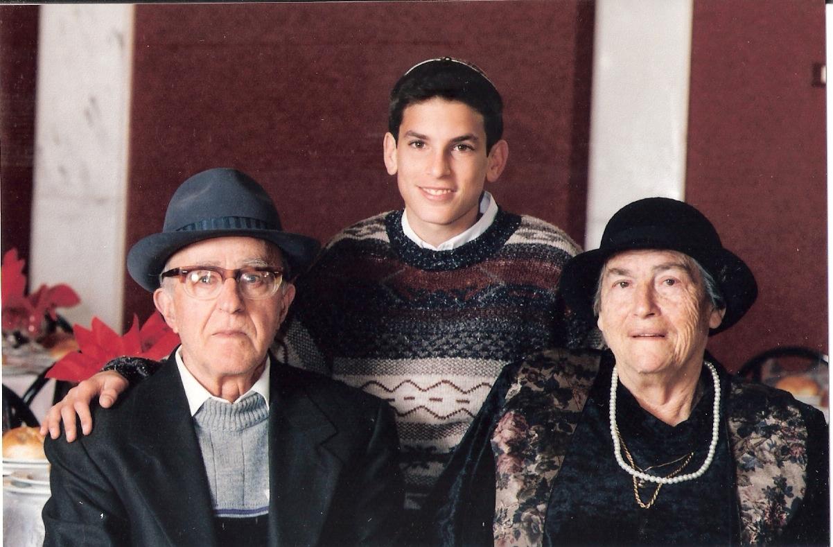 שבט תשנו שלמה בר מצווה עם סבא וסבתא כרמל
