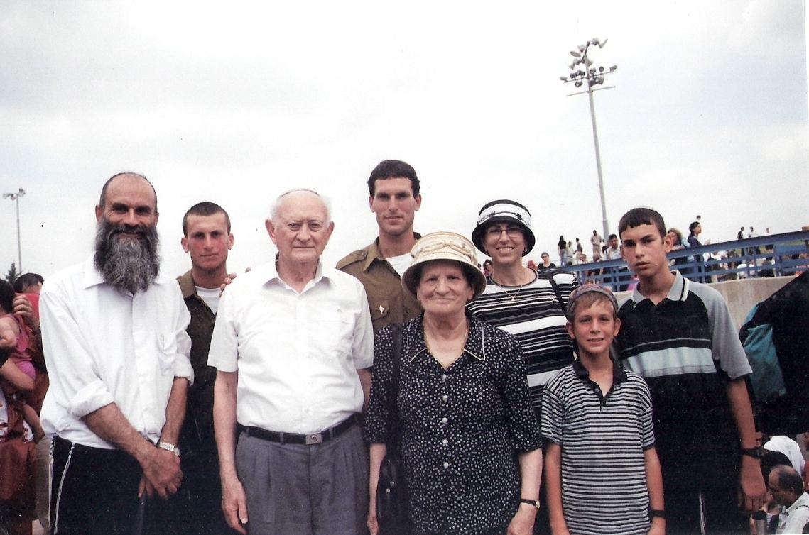 שלמה בסיום קורס קצינים יבשה עם המשפחה