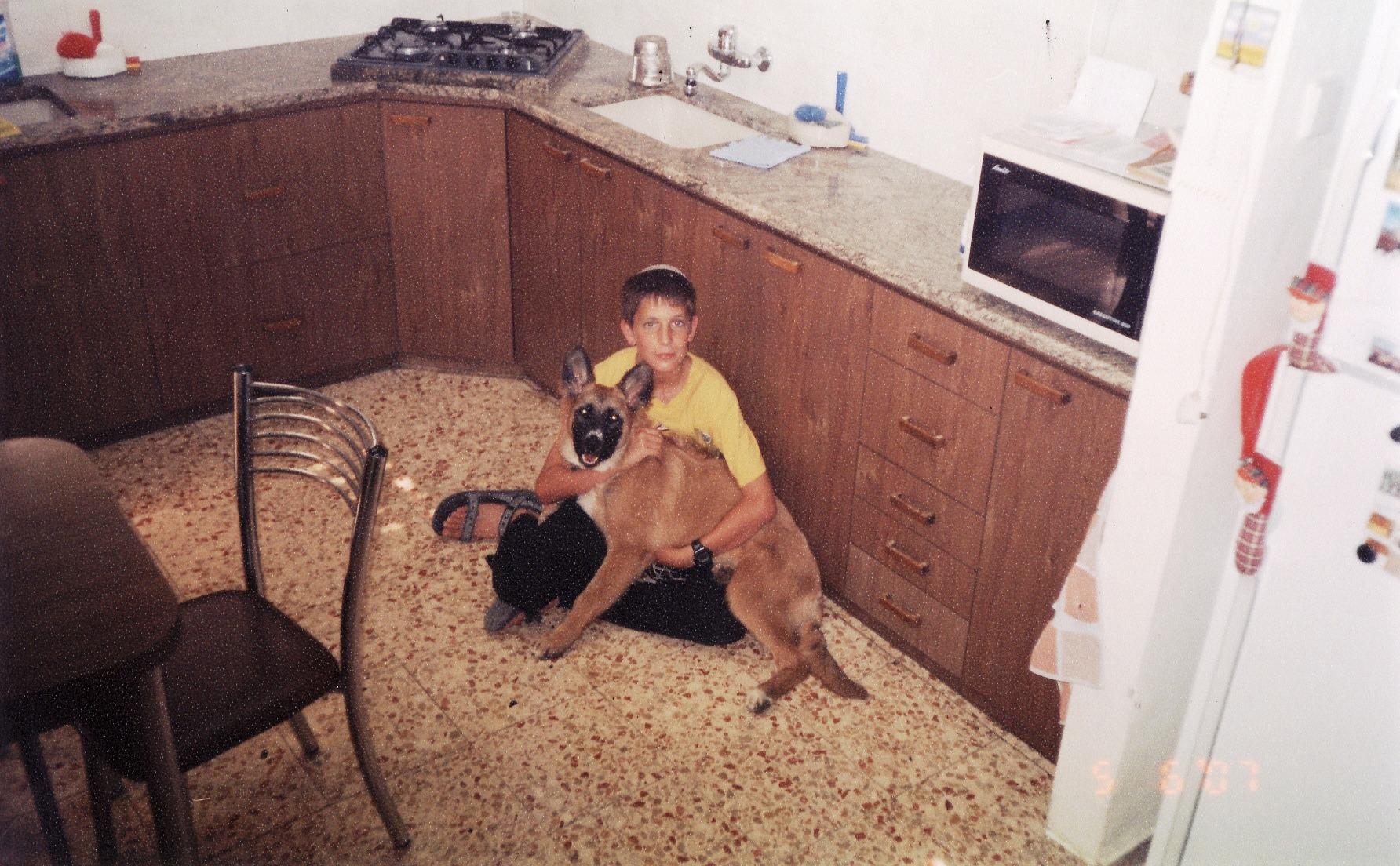קיץ תשסז ישי בן 12 עם פוקס הכלבה שלו