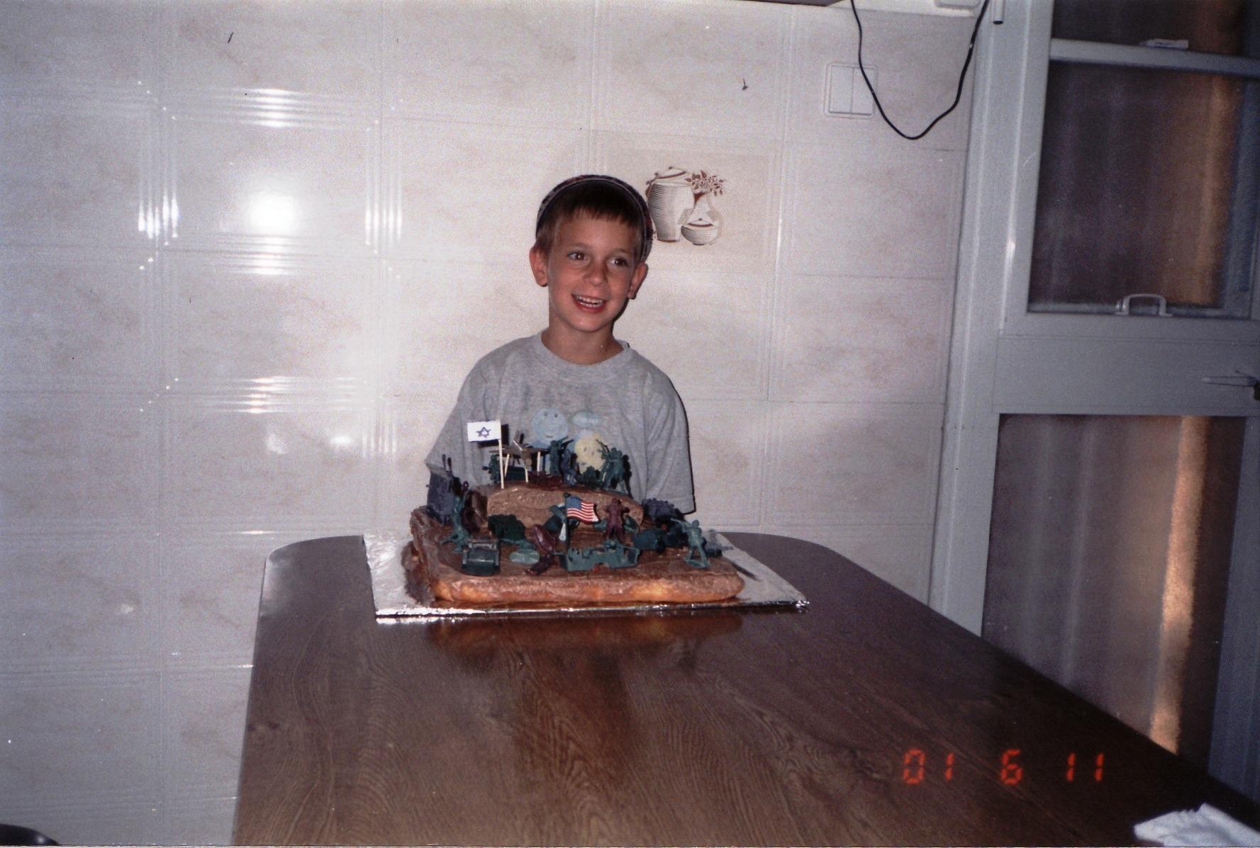תמוז תשסא ישי עם עוגת יום ההולדת 6 שהוא עיצב
