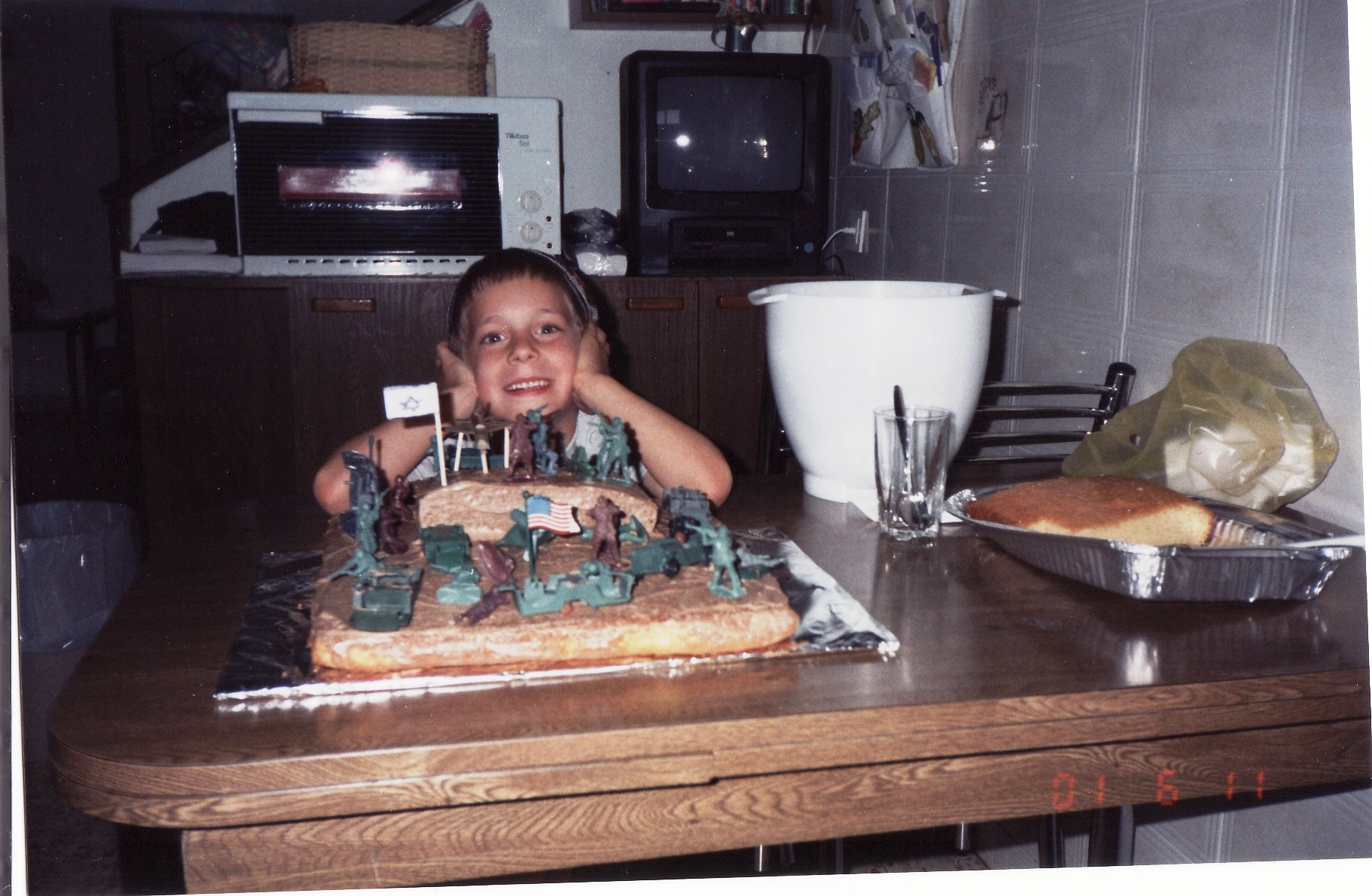 ישי עם עוגת יום ההולדת שהוא עיצב