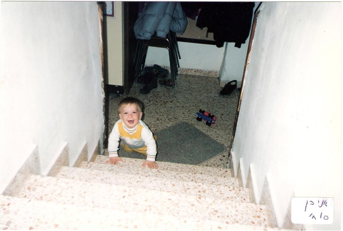 ישי בן 10 חודשים יודע לטפס במדרגות